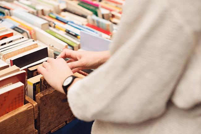 обложки книг в магазине