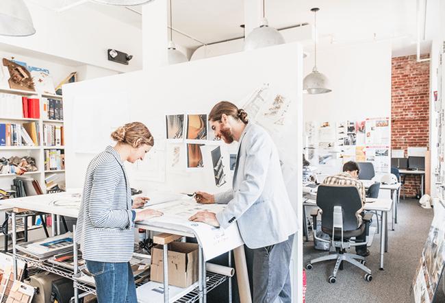 вебдизайнеры за работой в офисе